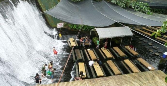 Удивительная Азия Филиппины ресторан-водопад 4