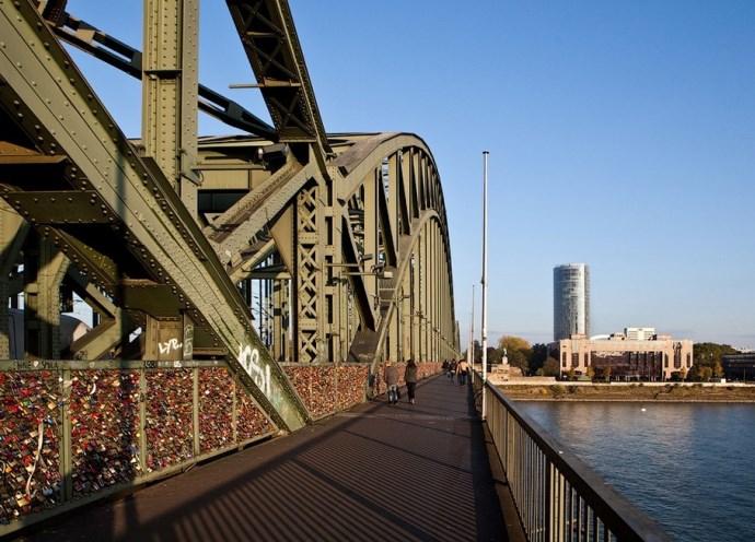 Мост тысячи сердец и другие памятники Европы 3