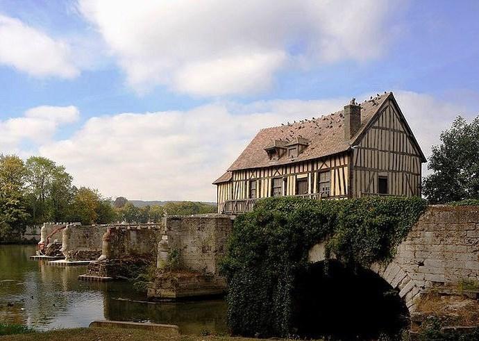 Европа старинная мельница на берегу Сены 2
