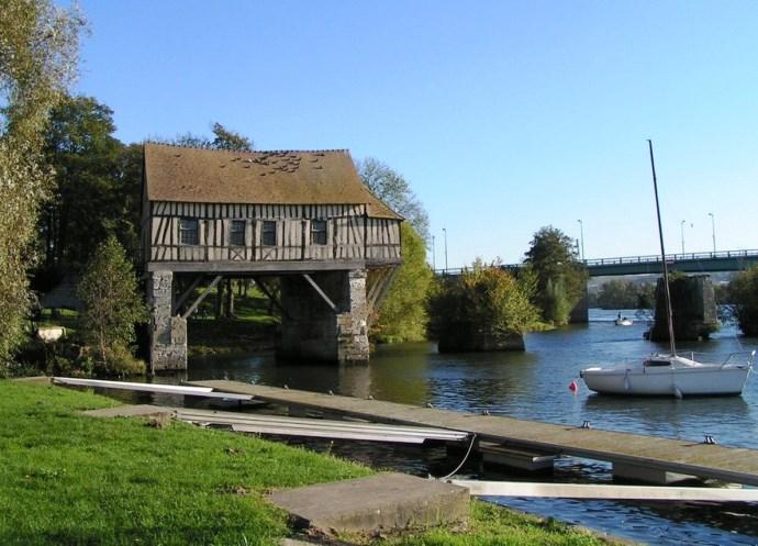 Европа старинная мельница на берегу Сены 4