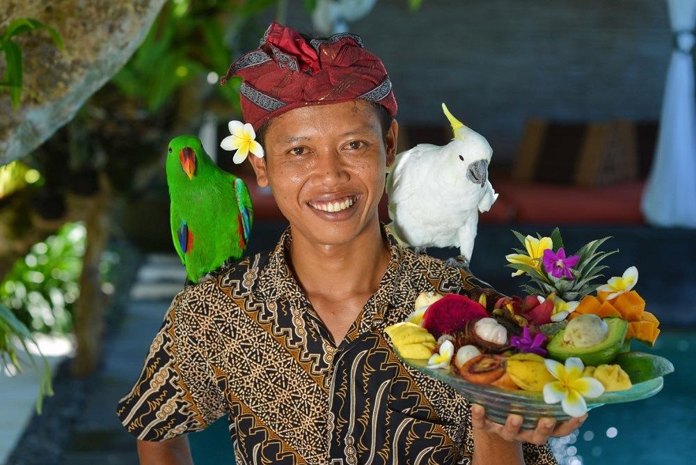 Житель Бали с фруктами