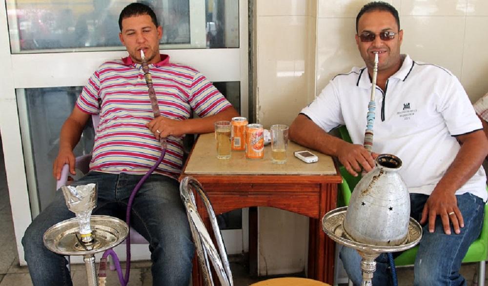 Тунисцы постоянно курят