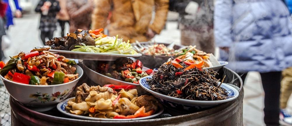 Втыкать палочки в еду – поминальная традиция в стране