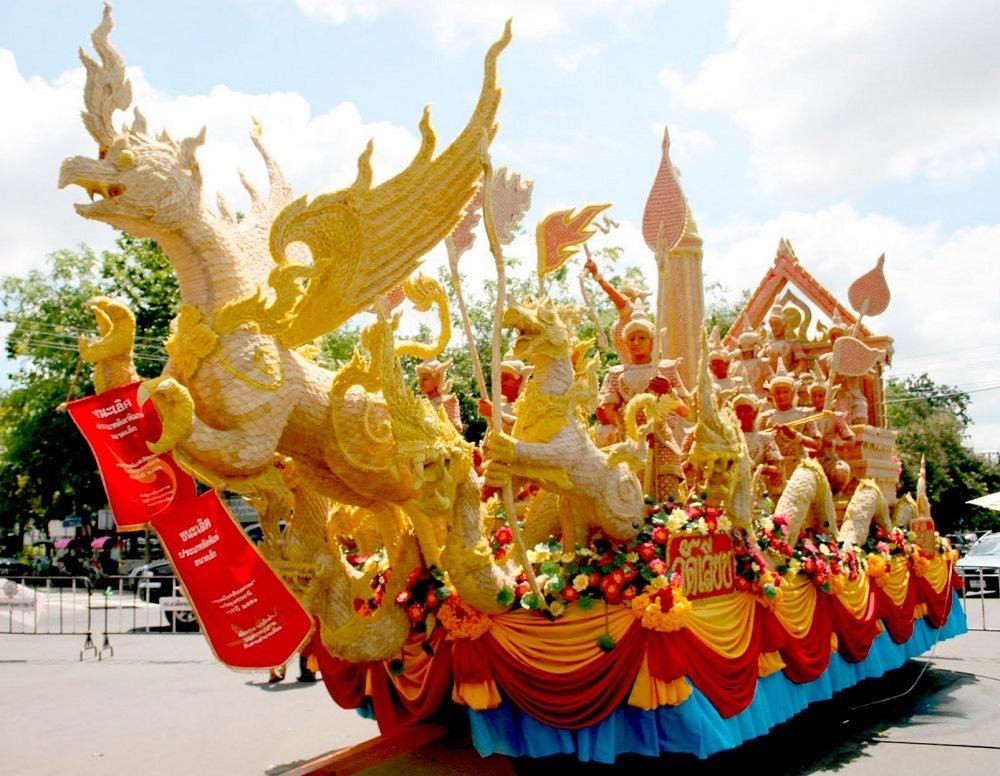 Яркий праздник в Таиланде