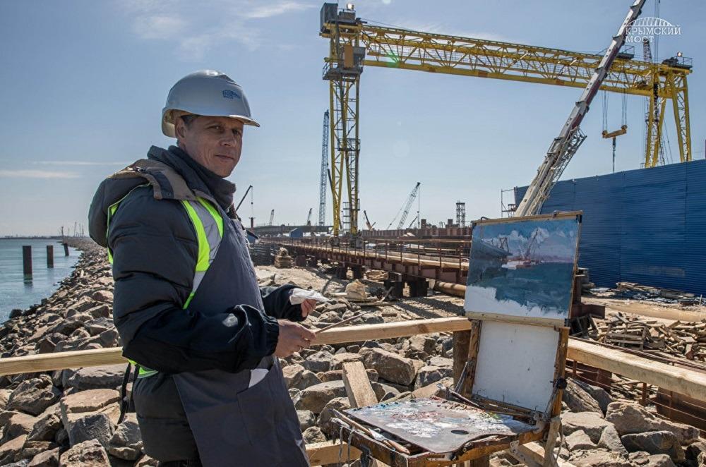 Художник рисует Крымский мост