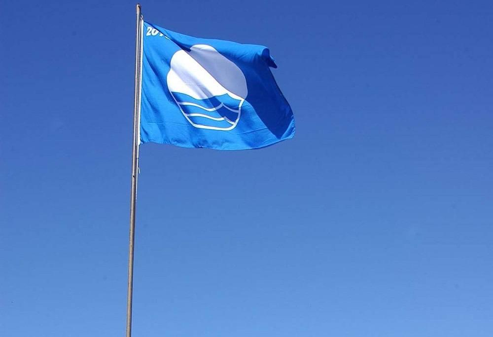 синий флаг для пляжей