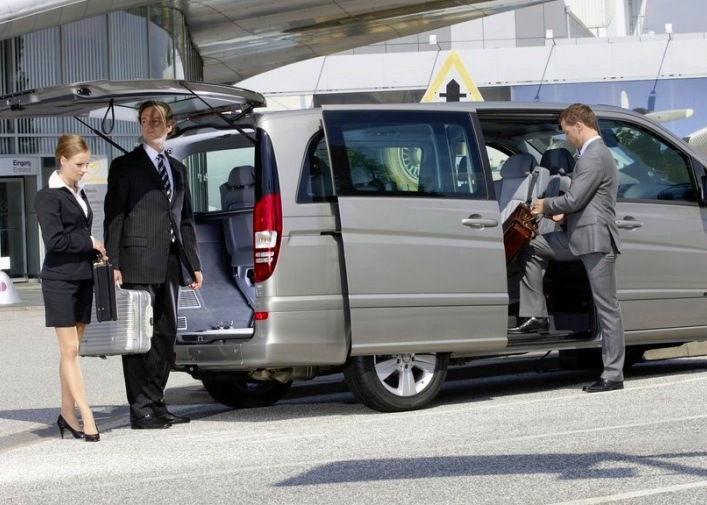 Minivan taxi to the airport 4