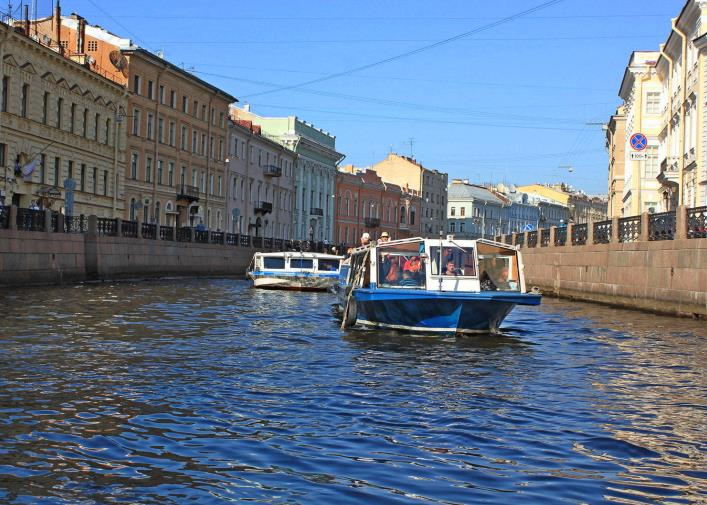 Walks through the canals of St. Petersburg 3