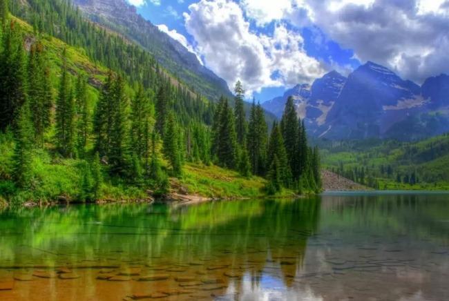 Озеро, расположенное на высоте 1860 метров