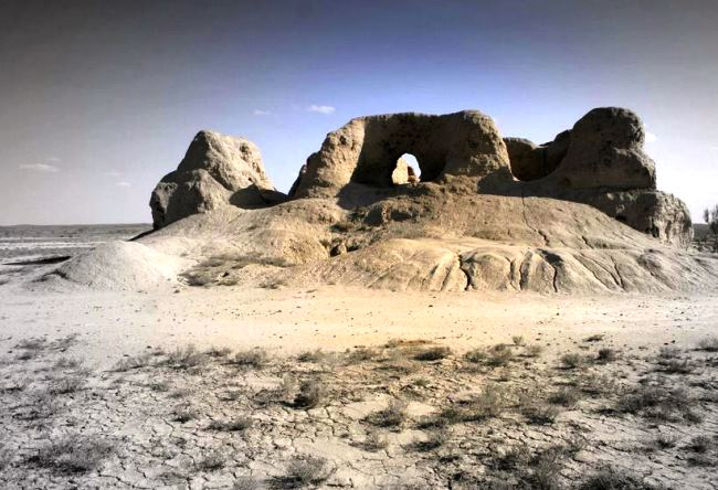 Древний город Чирик-Рабат на дне высохшего моря