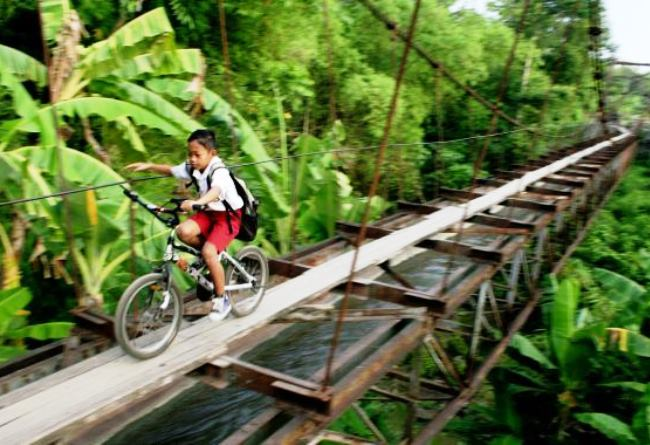 The way to school on the island of Java 3