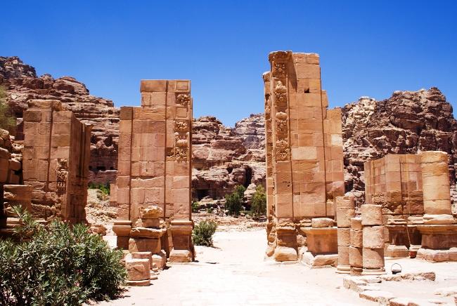 Каменный оазис посередине Аравийской пустыни 3