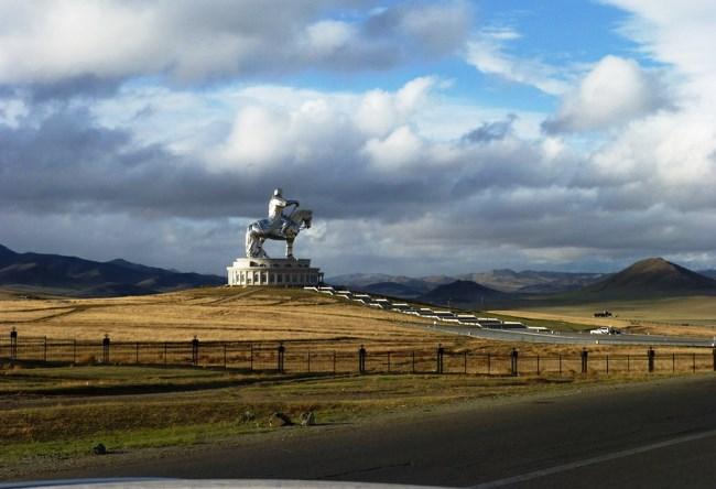 Статуя Чингисхана близ Улан-Батора 2