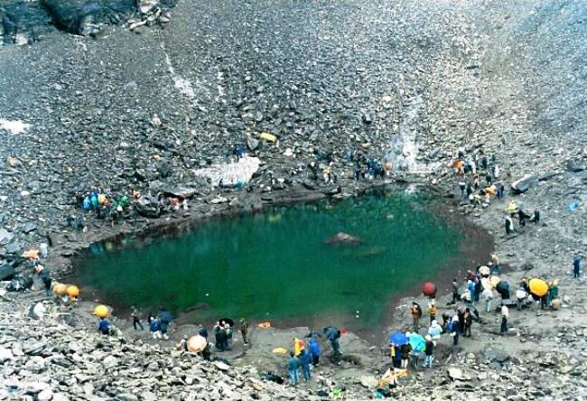 Озеро скелетов Роопкунд в Гималаях 2