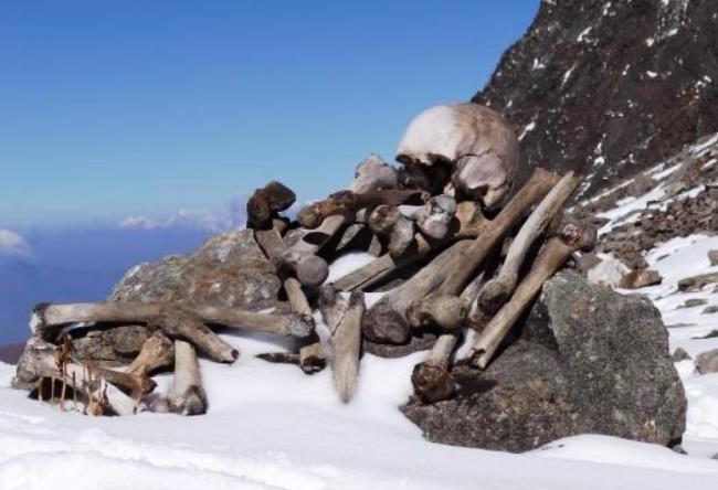 Озеро скелетов Роопкунд в Гималаях 3