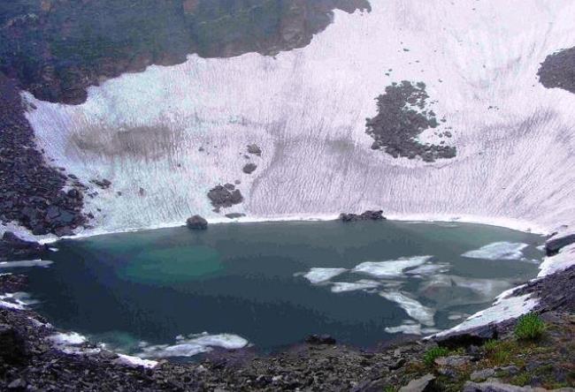 Озеро скелетов Роопкунд в Гималаях 4
