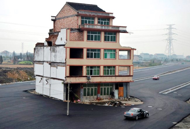Five story building in the middle of a highway in Chzhetsyan 2
