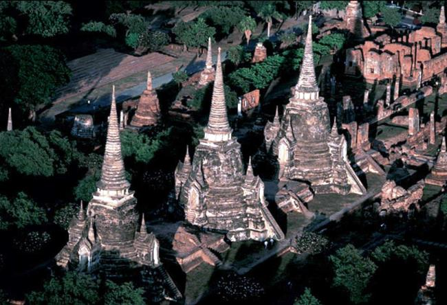 The tombs in the ancient Ayutthaya 3