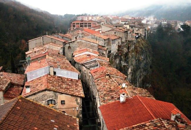По лезвию скалы  городок Кастельфольите-де-ла-Рок 3