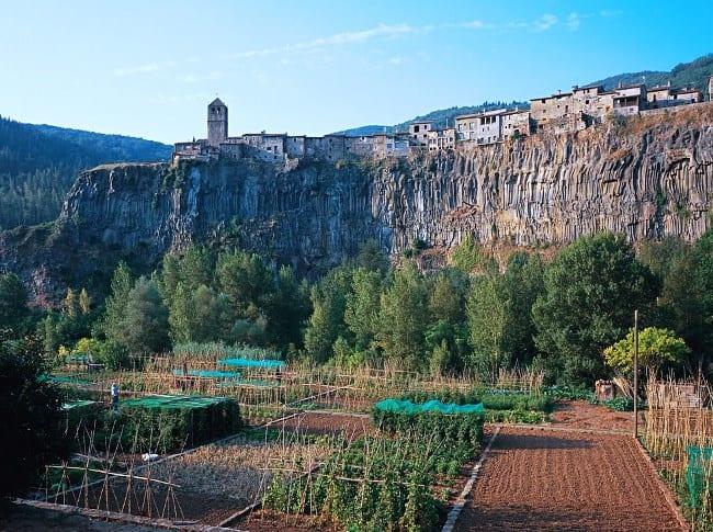 По лезвию скалы  городок Кастельфольите-де-ла-Рок 4