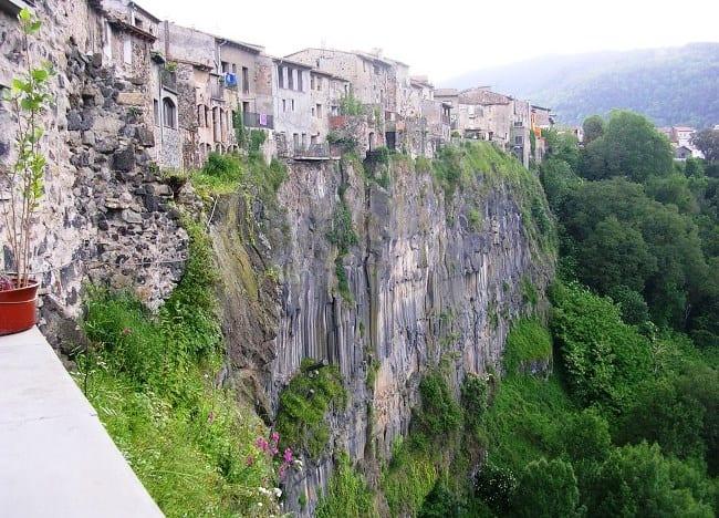 По лезвию скалы  городок Кастельфольите-де-ла-Рок 5
