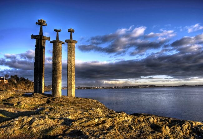 Символ мира и спокойствия  мечи в камне в городе Ставангер 3