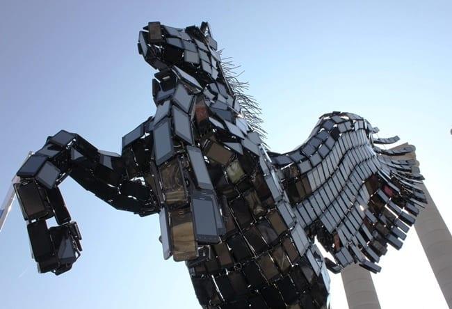 Статуя Пегаса из смартфонов