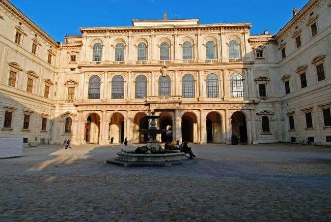 Дворец Барберини и фонтан Пчел