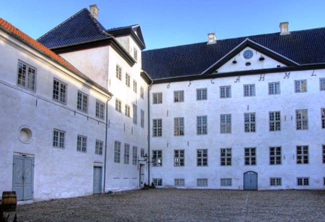 Самый посещаемый привидениями замок Дании  Драгсхолм 2