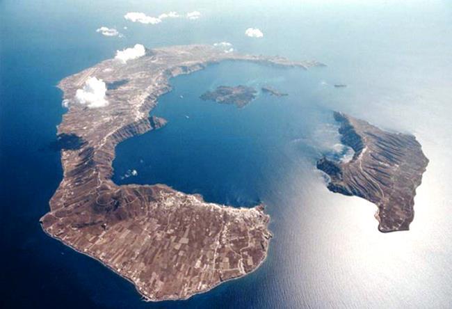 Обожженная земля острова Санторини 4