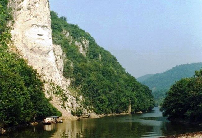 Monument to the largest size is a Decebal statue 3