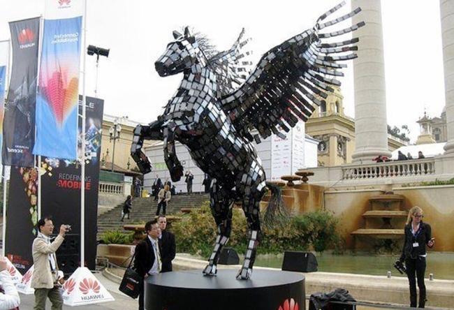 Patung Pegasus ini Terbuat Dari 3500 SmartPhone