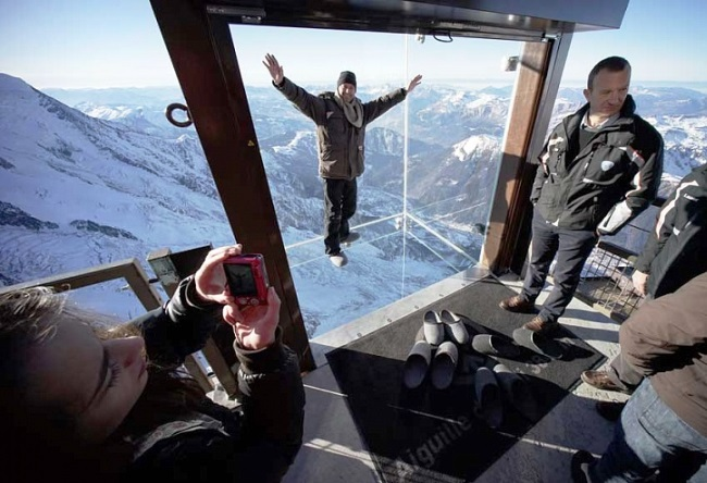 Step into the void from the top of the Aiguille du Midi 4
