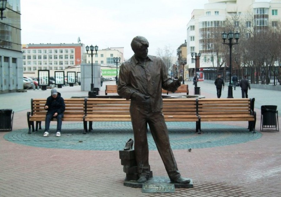 A monument to a shoe seller in Yekaterinburg-1