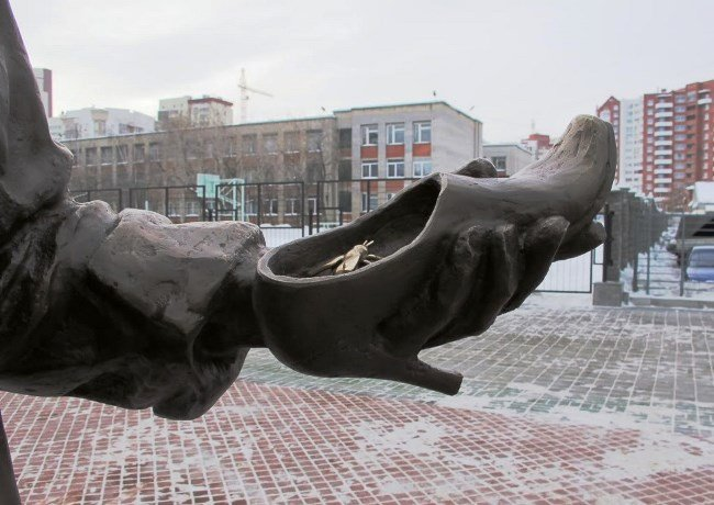 A monument to a shoe seller in Yekaterinburg-4