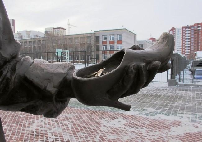 Памятник продавцу обуви 4