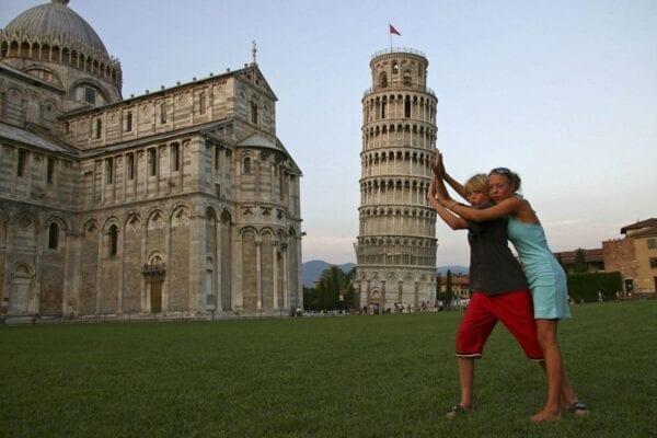 Почему Пизанская башня падает?