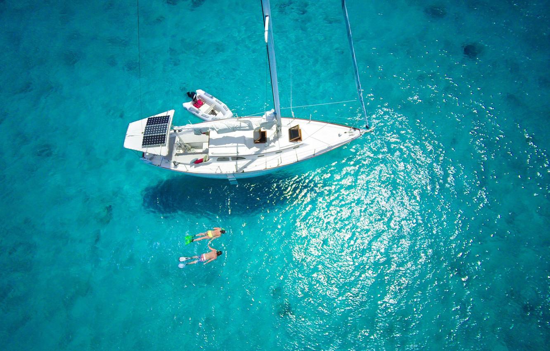 iakhta-plavane-vid-sverkhu-maldivy-okean