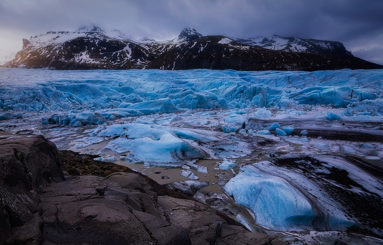 lednik-liod-islandiia-ldy-zima-gory-sumerki-kamni-bereg-vers