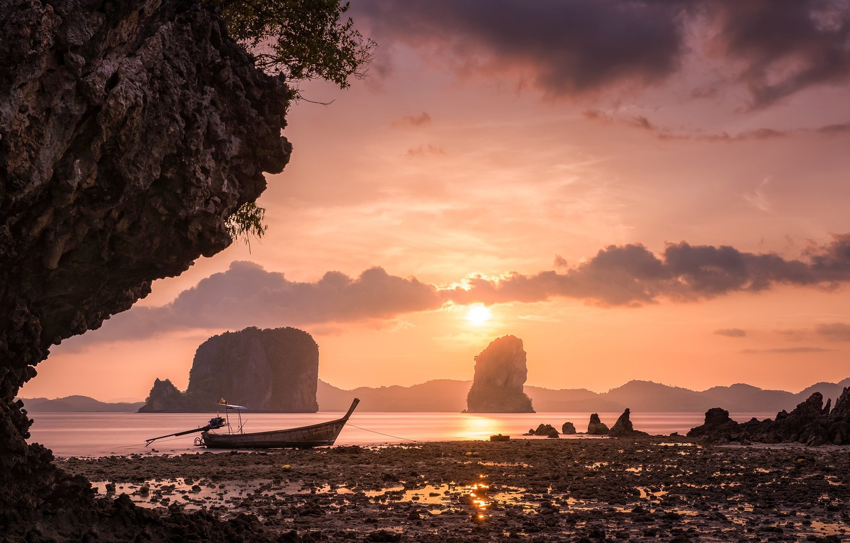 tailand-poberezhe-skaly-lodka-oblaka-zakat