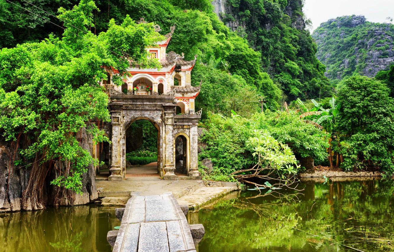 vetnam-bich-dong-pagoda-ninh-binh-province-gory-skaly-ozero